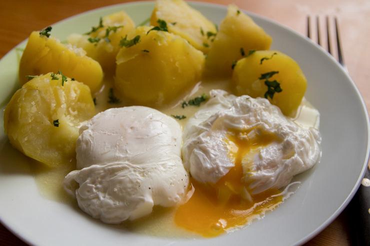 senfsoße und eier