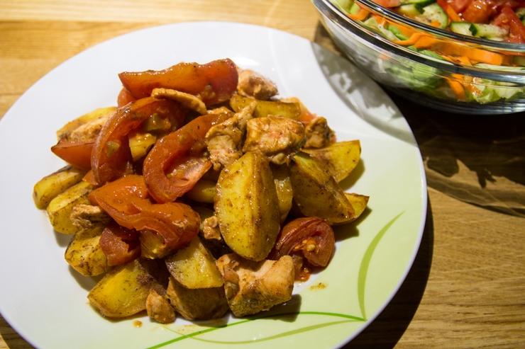 feuriges Tomaten-Hühnchen mit Wedges aus dem Ofen