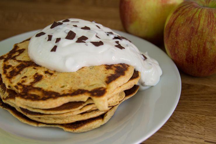 fluffige Pancakes mit Äpfeln und Skyr